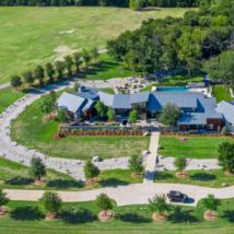 卢卡斯占地16英亩的物业设有运动场宾馆游泳池和可容纳24辆汽车的车库