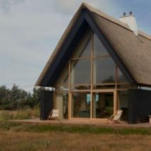 这座令人惊叹的现代化海滨别墅位于丹麦最北端的小镇斯卡恩