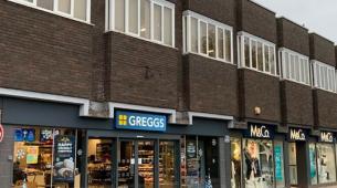 以825000英镑的价格在Greggs面包店购买一排商店