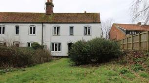 需要翻新的半独立式小屋位于诺福村售价为170000至190000英镑