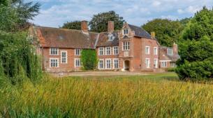 伊丽莎白女王时代的庄园韦斯顿霍尔挂牌出售价格为139.5万英镑