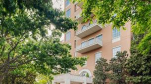 豪宅住宅的10层公寓弹出待售