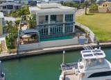 财产权夫妇马修和乔安娜马勒卸下了他们的两个主权群岛豪宅