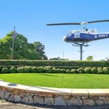 著名的Nowra遗址及其标志性的海军直升机挂在杆子上出售