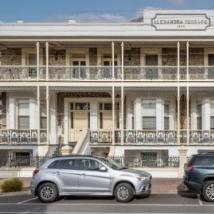 历史悠久的Glenelg建筑以前是受欢迎的背包客出售