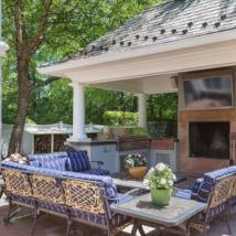 夏季拥有壮观户外厨房的住宅