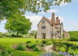 洛登附近的哈德利大厅坐落在超过2.5英亩的花园和场地内