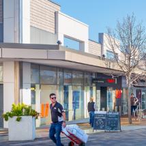 克莱蒙特的零售区包括四家银行的租赁