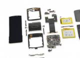 摩托罗拉Razr也配备了两块电池其电池分布在铰链两侧