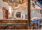 古尔瓦工业区的一个旧棚子已经被改造成一家乡村风格的酒吧